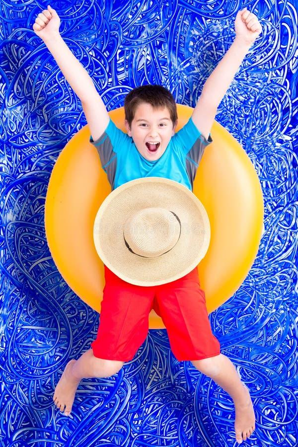庆祝他的暑假的快乐的小男孩 库存图片