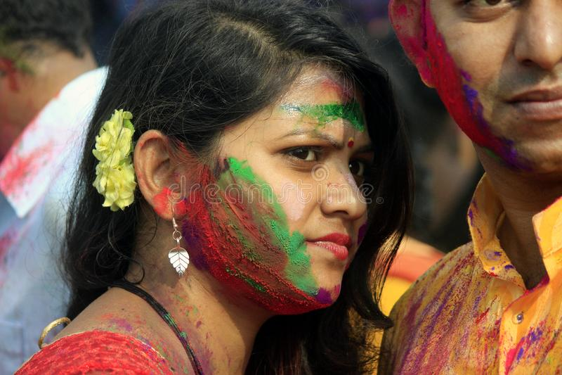 庆祝Holi的印地安夫妇 爱鸟画象在Holi庆祝的 免版税库存图片