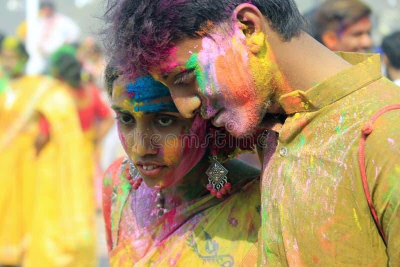 庆祝Holi的印地安夫妇 爱鸟画象在Holi庆祝的 免版税库存照片