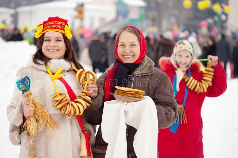 庆祝Maslenitsa节日的妇女 图库摄影