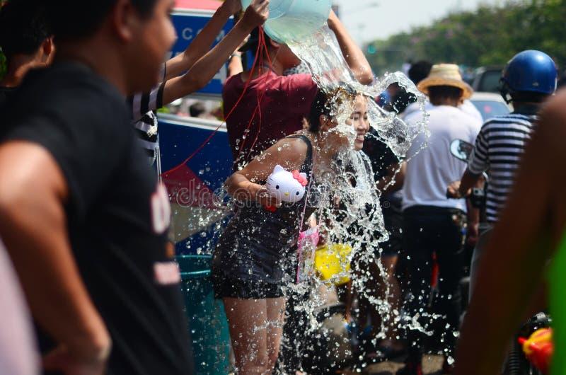 庆祝Songkran (泼水节/水节日)在街道的人们通过投掷水 库存图片