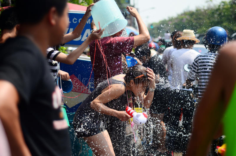 庆祝Songkran (泼水节/水节日)在街道的人们通过投掷水 库存照片