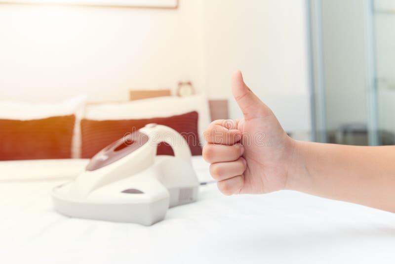 床与小蜘蛛吸尘器的床垫尘土有益于健康概念 图库摄影