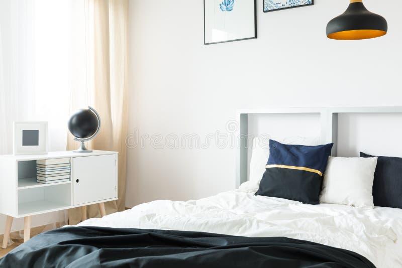 床和小书架 库存图片