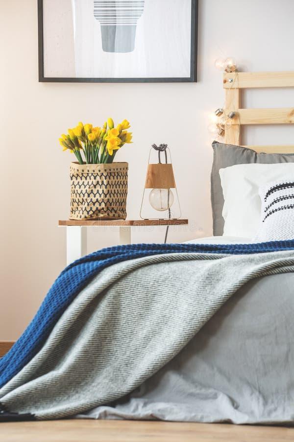 床和nightstand 库存照片