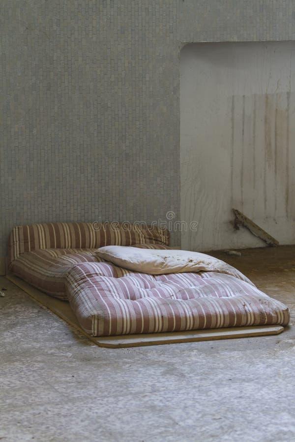 床垫在被放弃的医院 免版税库存照片