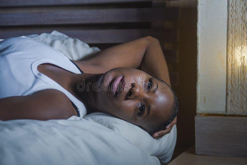 床失眠的感觉绝望担心的遭受的消沉问题失眠的年轻哀伤的沮丧的黑人非裔美国人的妇女 免版税库存图片
