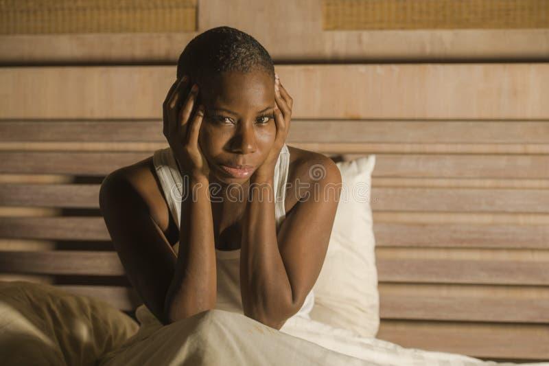 床失眠的感觉绝望担心的遭受的消沉问题失眠的年轻哀伤的沮丧的黑人非裔美国人的妇女 库存照片