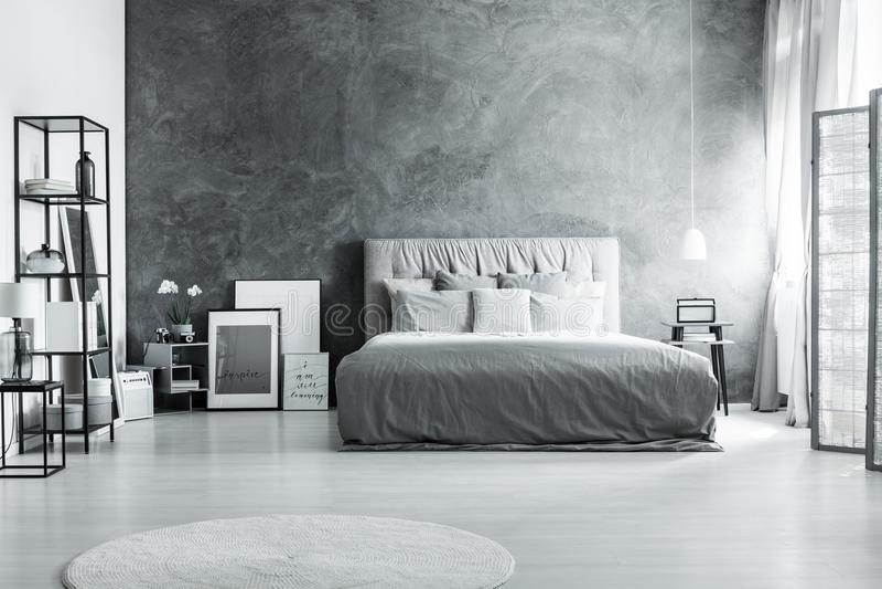 床对黑暗的织地不很细墙壁 库存图片