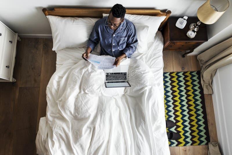 床工作的商人 免版税库存图片