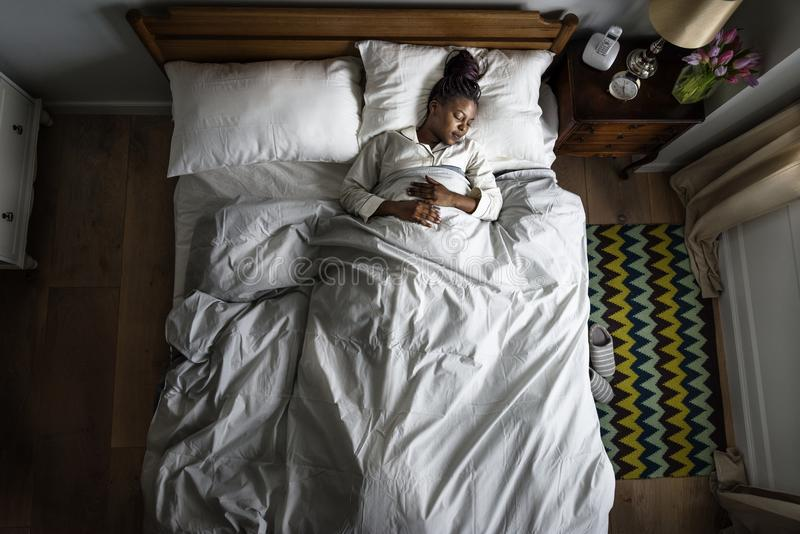 床睡觉的非裔美国人的妇女 免版税库存图片