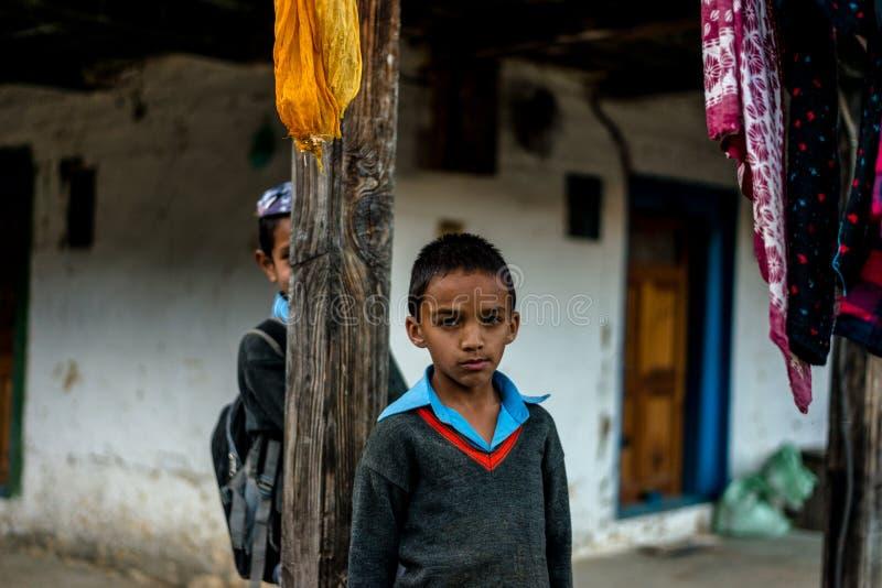 库尔卢,喜马偕尔邦,印度- 2018年11月26日:喜马拉雅孩子画象在山,喜马拉雅人民的 图库摄影