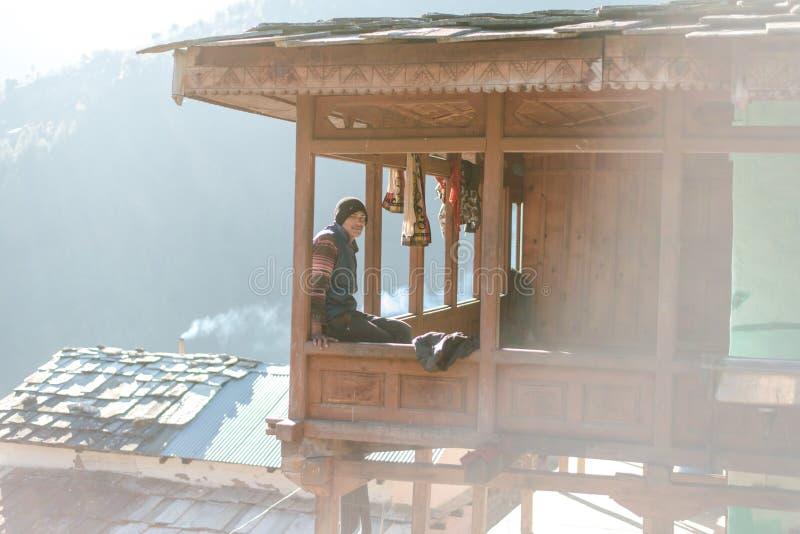 库尔卢,喜马偕尔邦,印度- 2019年1月17日:男孩画象在木房子,喜马拉雅人民里 免版税图库摄影