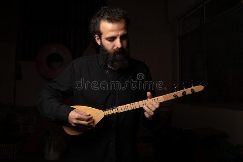 库尔德音乐音乐会与书'力量的Rusan Filiztek介绍的毁坏,供给动力创造'默里Bookchin在Th 免版税库存照片