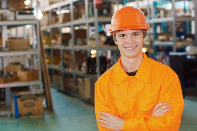 仓库的微笑的工作者 库存照片