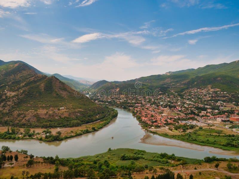 库纳河和Aragvi在老格鲁吉亚镇姆茨赫塔附近的河鸟瞰图合流 免版税库存照片