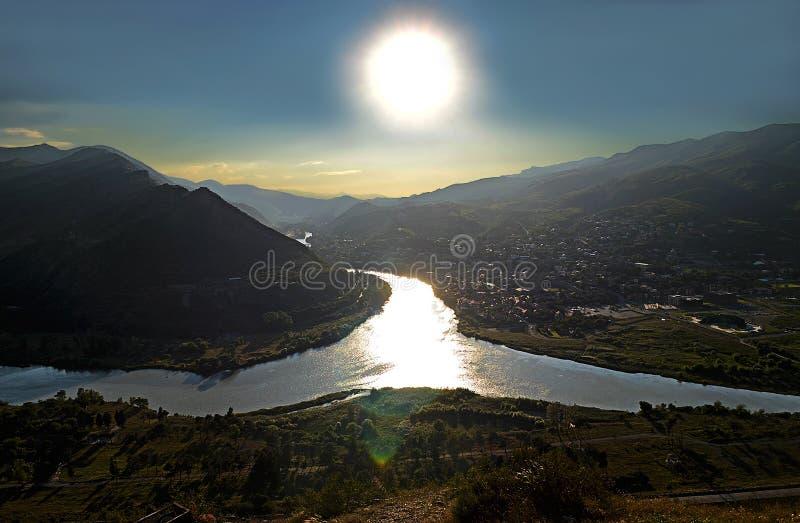 库纳河和Aragvi河的融合在反对日落的乔治亚 库存照片