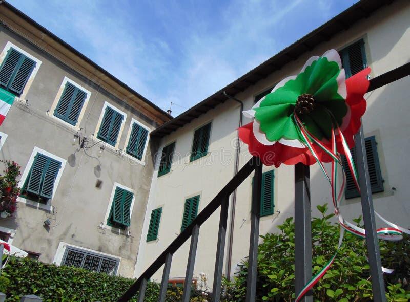 库蒂利亚诺,托斯卡纳,意大利,欢乐地装饰的街道镇 免版税库存图片