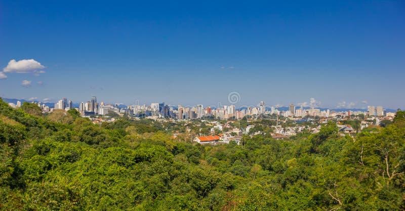 库里奇巴,巴西- 2016年5月12日:城市的好的全景,作为背景的蓝天 库存照片