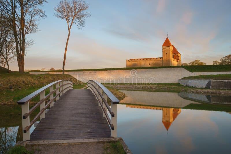 库雷萨雷城堡和桥梁在护城河在美好的日出 库存照片