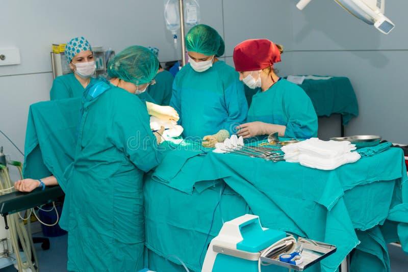 巴库,阿塞拜疆2016年5月 进行手术操作,剖腹产的外科医疗队 诞生的妇产科医师和接生婆 免版税库存图片