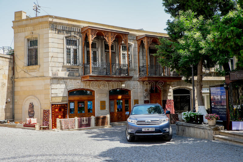 巴库,阿塞拜疆- 7月24 :Icheri Sheher (老镇)巴库,阿塞拜疆, 2014年7月24日,与伟大的现代建筑学 免版税库存图片