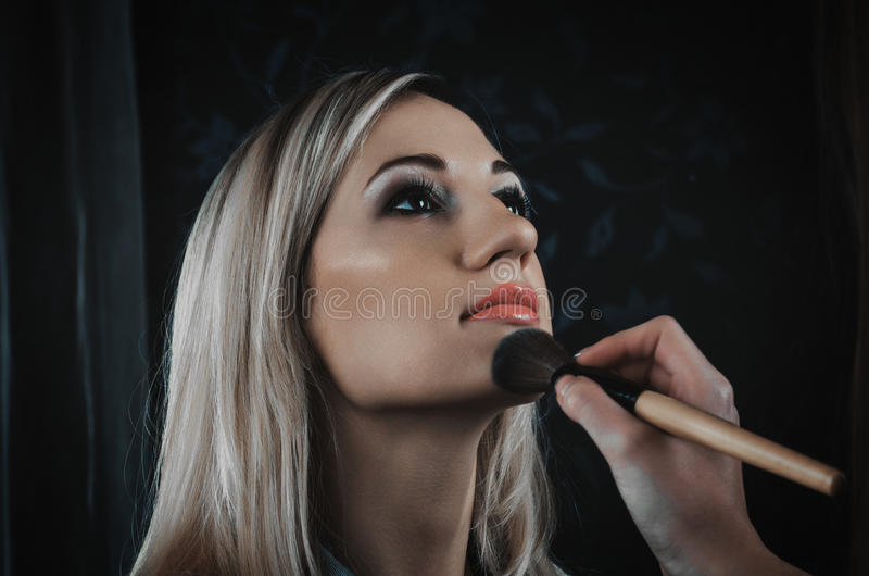 应用光泽嘴唇组成专业人员 免版税库存照片