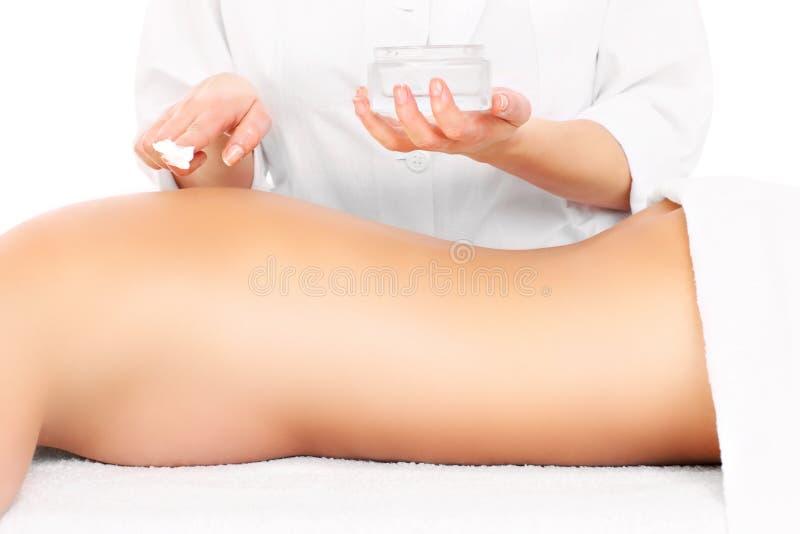 应用化妆水后面的妇女 免版税库存照片