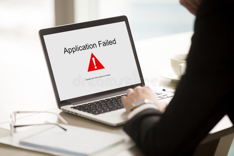 应用发生了故障,有的商人膝上型计算机的问题,软性 免版税库存照片