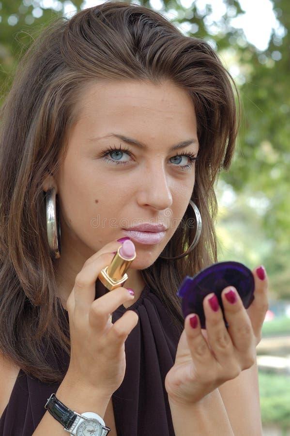应用唇膏妇女 免版税库存照片
