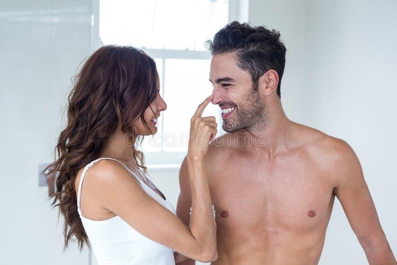 应用在丈夫面孔的妻子奶油 免版税库存照片