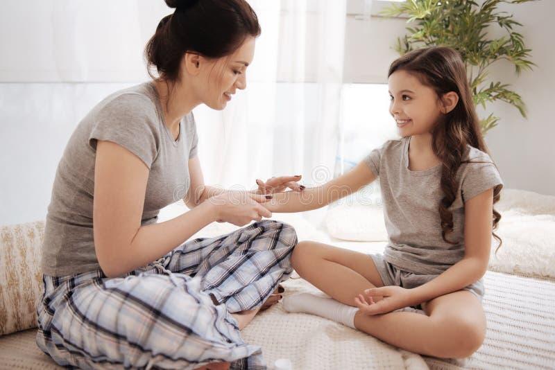 应用在女儿的高兴的母亲软膏在家递 免版税库存图片