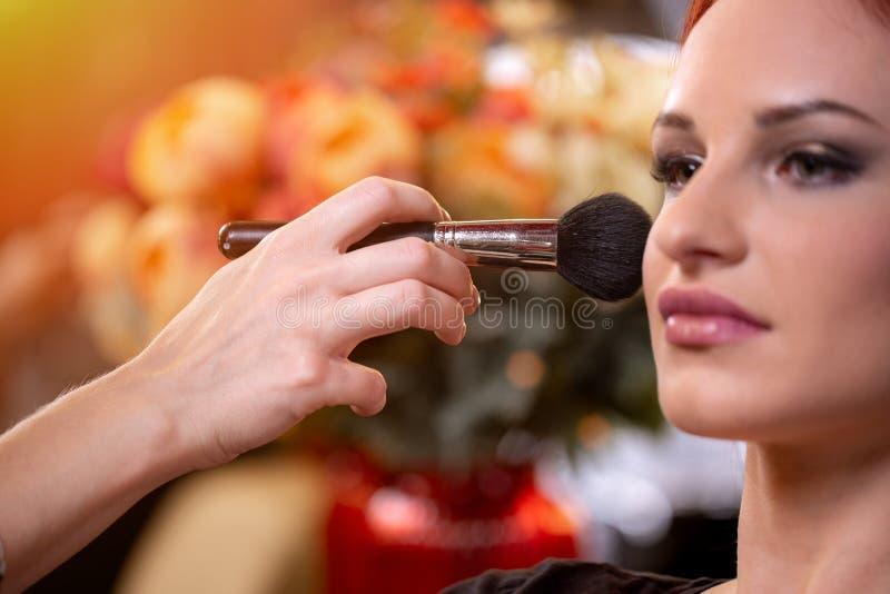 应用在妇女的面孔的化妆师液体音调的基础白色的腾出空位 r 库存图片