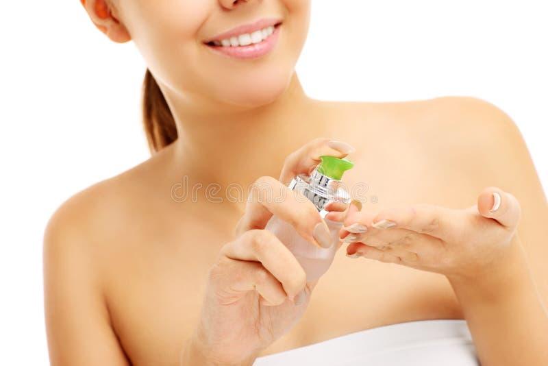 应用在手上的俏丽的妇女香脂 免版税图库摄影