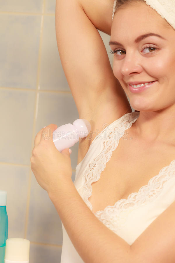 应用在腋窝的妇女棍子防臭剂 库存照片