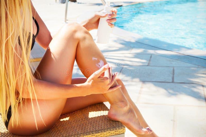 应用奶油色星期日妇女 比基尼泳装放松的性感的白肤金发的妇女是 免版税库存照片