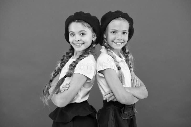 应用形式上国际学校 法国语言学校 学校时尚概念 学生微笑的女孩佩带正式 库存图片