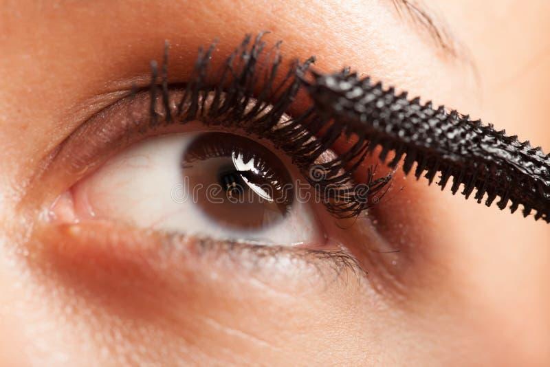 应用染睫毛油的妇女 免版税库存照片