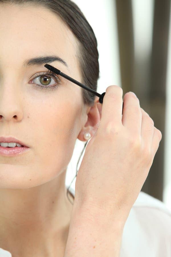 应用染睫毛油的妇女 库存图片