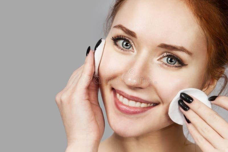 应用洗涤的快乐的笑的女孩画象泡沫在她的面孔 与引人注目的外观的可爱的妇女红头发人 ?? 免版税库存图片