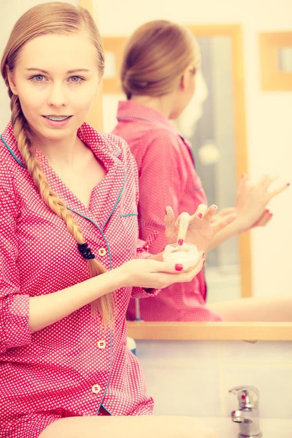 应用润湿的护肤霜的妇女 Skincare 免版税图库摄影