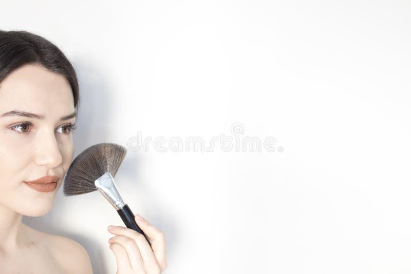 应用特写镜头的构成 装饰性的粉末画笔 理想的皮肤 免版税库存照片