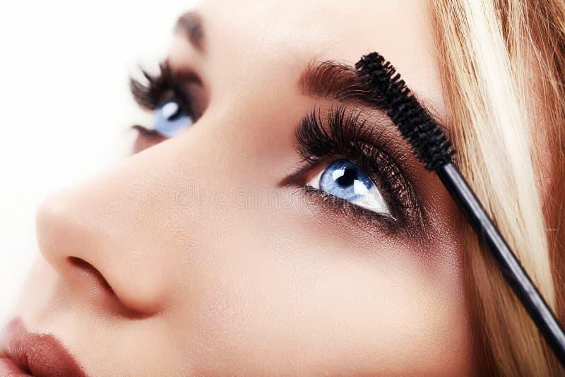 应用特写镜头的妇女构成 眼线膏 免版税库存图片