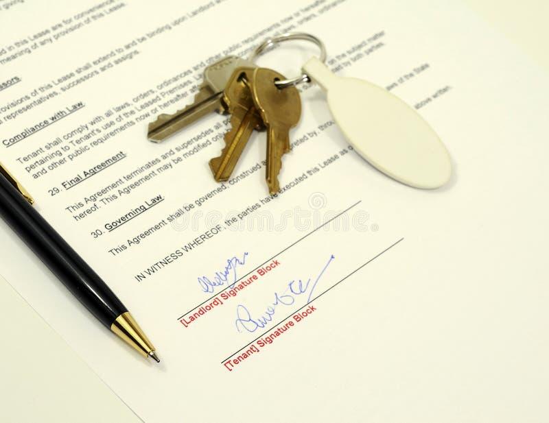 应用签字的文件租务 免版税库存照片