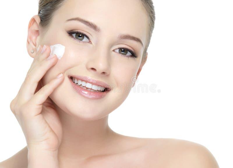 应用美丽的面颊奶油色微笑的妇女 库存图片