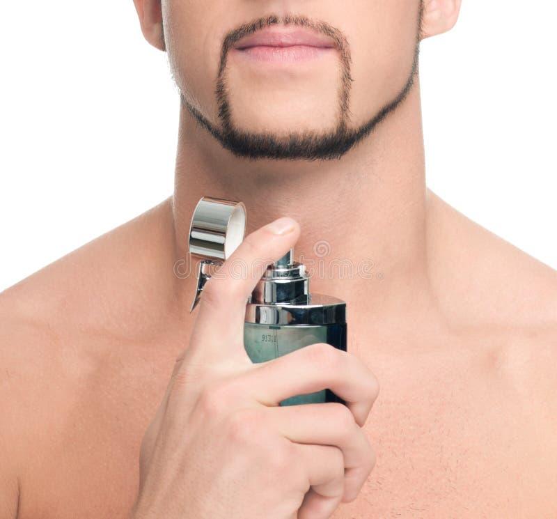 应用英俊的人香水年轻人 免版税库存照片