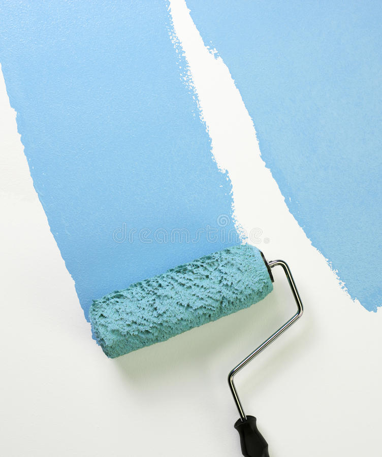 应用蓝色漆滚筒 免版税库存图片