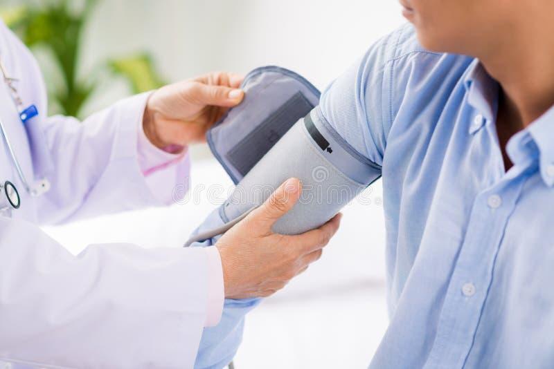 应用血压袖口 免版税库存图片