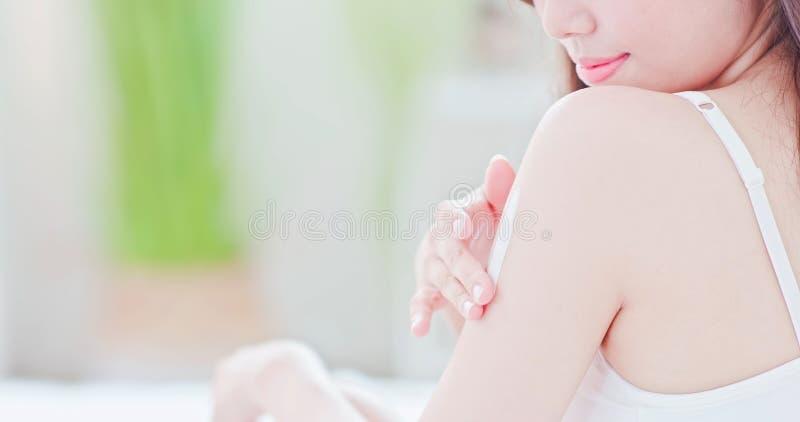 应用遮光剂的皮肤护理妇女 免版税库存图片