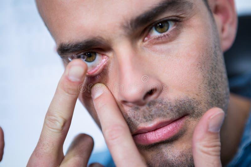 应用隐形眼镜的人 库存图片